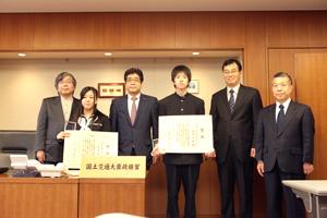 国土交通大臣賞を受賞した堂前淳紀さん、黒田佳奈さん