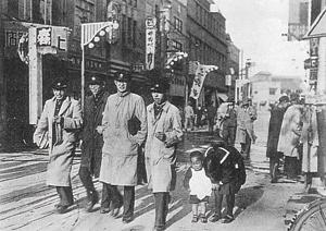 写真:1930年頃の神田古書店街の学生