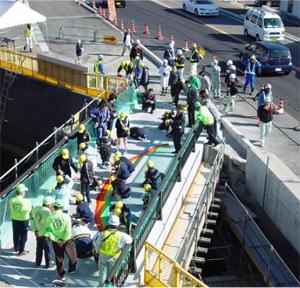 絵の写真は工事期間中側道橋の高欄部に展示した