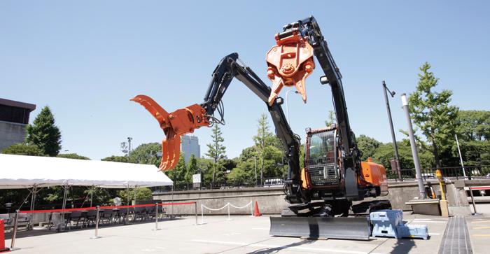 建設業が災害復旧・復興に大きく携わっている/双腕式ショベル
